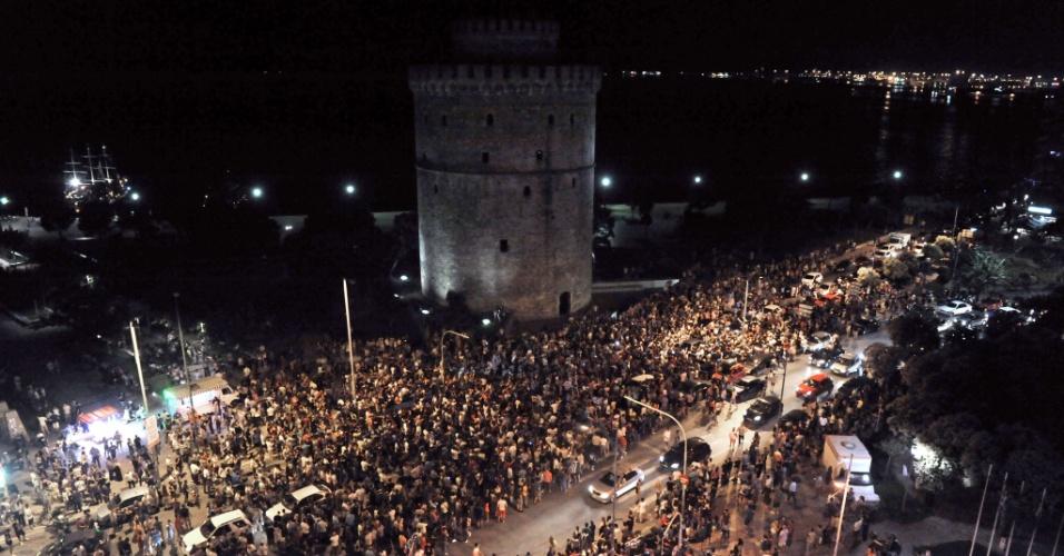 29.jun.2014 - Gregos se aglomeram ao lado da Torre Branca, em Tessalônica, para assistirem à partida contra a Costa Rica, pelas oitavas de final da Copa do Mundo