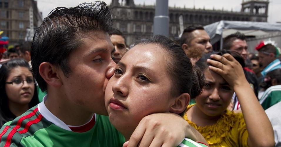 29.jun.2014 - Mexicano consola namorada na Cidade do México após derrota da seleção nacional para a Holanda por 2 a 1