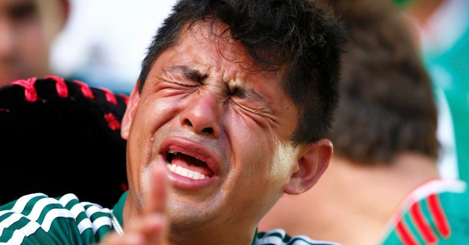 29.jun.2014 - Mexicano vai às lágrimas após ver sua equipe sofrer virada da Holanda e ser eliminada da Copa do Mundo