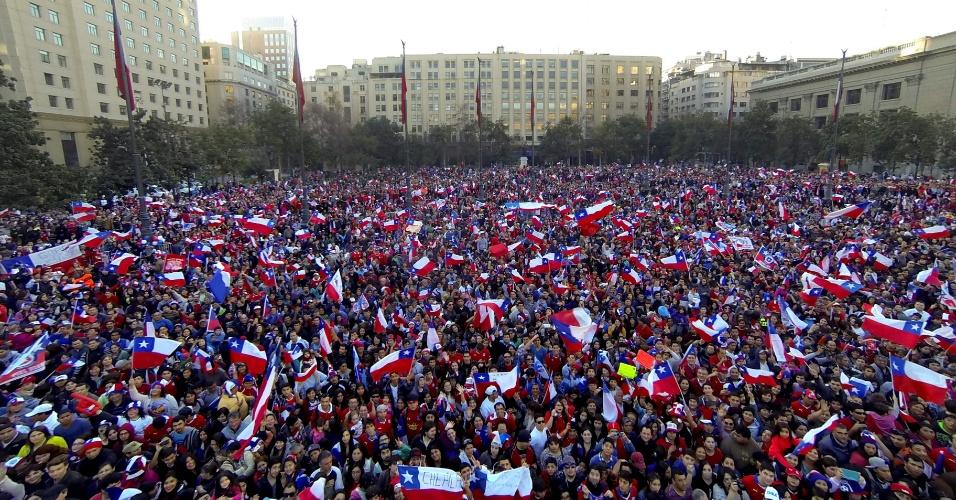 29.jun.2014 - Milhares de chilenos recebem jogadores da seleção nacional como heróis na capital Santiago