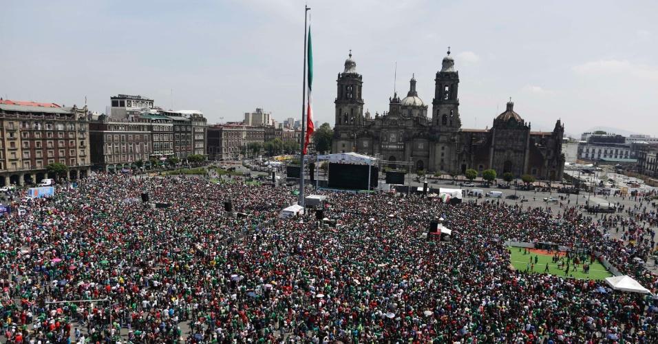29.jun.2014 - Multidão de mexicanos se reúnem na Praça Zocalo, na Cidade do México, para assistir ao duelo contra a Holanda pelas oitavas da Copa