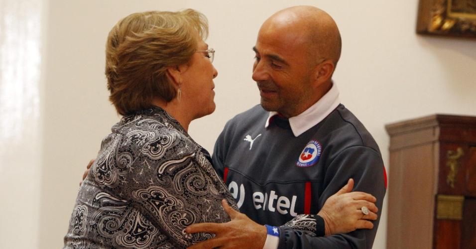 29.jun.2014 - Presidente chilena Michelle Bachelet cumprimenta técnico da seleção Jorge Sampaoli no Palácio da Moeda, em Santiago