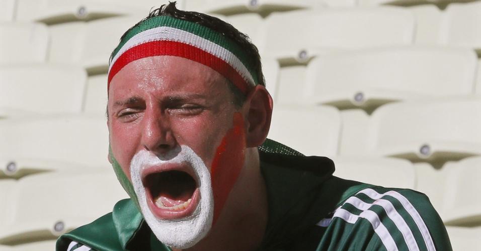 29.jun.2014 - Torcedor mexicano chora copiosamente após eliminação nas oitavas de final da Copa do Mundo para a Holanda
