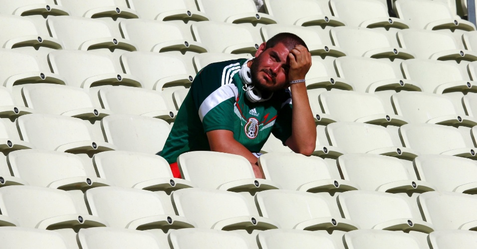 29.jun.2014 - Torcedor mexicano fica desolado nas arquibancadas do estádio Castelão após virada da Holanda sobre o México