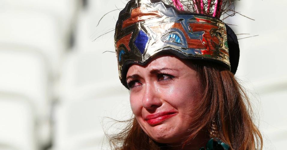 29.jun.2014 - Torcedora mexicana chora no estádio Castelão após eliminação da seleção nacional para a Holanda