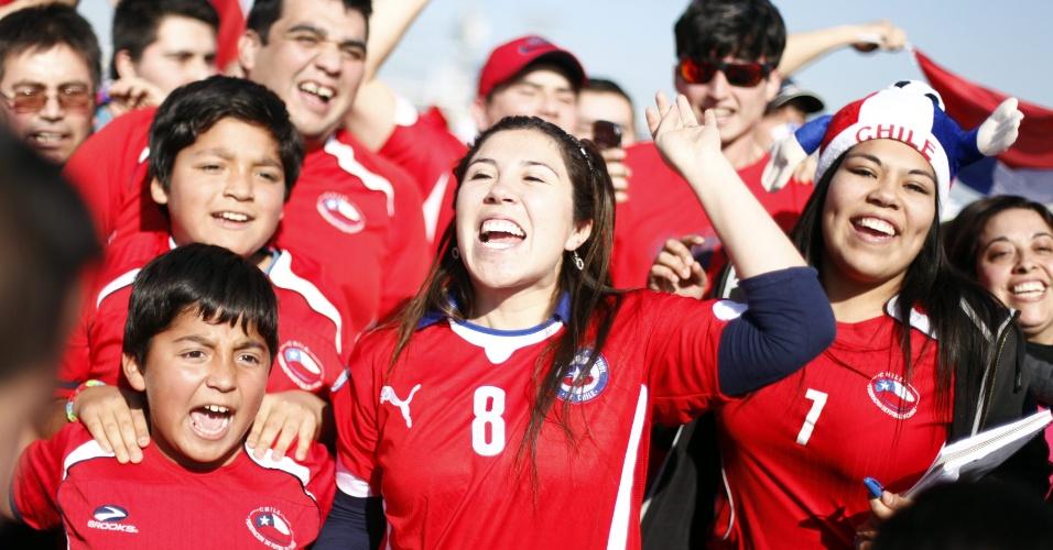 29.jun.2014 - Torcedores do Chile aguardam a volta da seleção no aeroporto internacional de Santiago