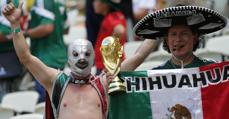 29.jun.2014 - Um lutador mascarado e o tradicional chapéu são presença garantida nos jogos do México