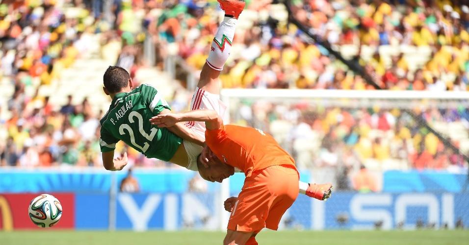 Aguilar cai após disputa de bola com Robben em partida durante Holanda e México, na Arena Castelão