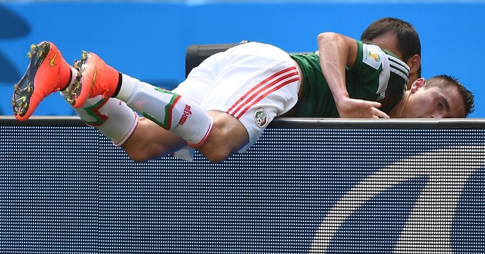 Aguilar cai sobre placa de publicidade durante partida entre Holanda e México, em Fortaleza