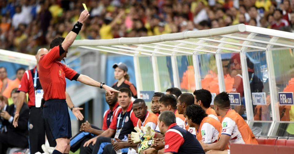 Árbitro mostra cartão para Granados, jogador que está no banco de reservas da Costa Rica durante partida contra a Grécia