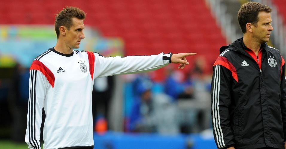 Artilheiro das Copas ao lado de Ronaldo, Klose dá orientação aos companheiros no treinamento da Alemanha, em Porto Alegre