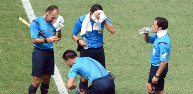 Quarteto de arbitragem de Holanda x México: tempo técnico contra o calor e decisão polêmica no fim do jogo, em pênalti duvidoso de Rafael Maquez sobre Robben, que definiu a classificação holandesa