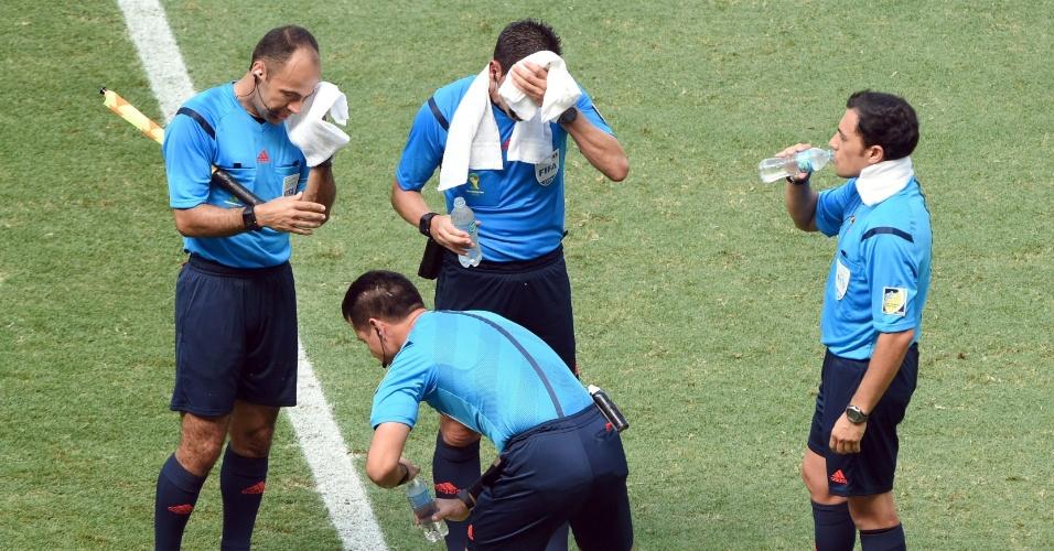 Até o árbitro da partida aproveitou a parada técnica para beber água e se aliviar sob o forte calor na partida entre Holanda e México, em Fortaleza