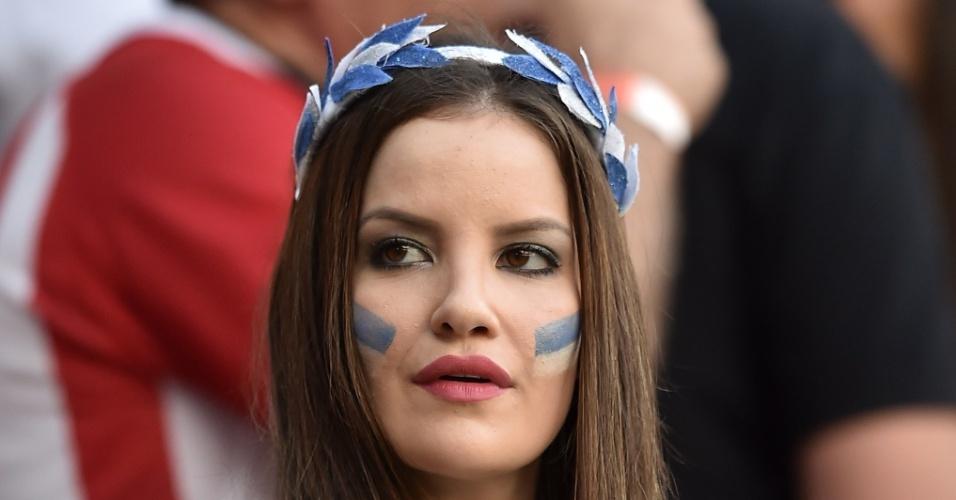 Bela torcedora da Grécia espera o início da partida contra a Costa Rica, na Arena Pernambuco