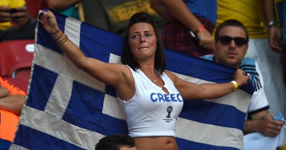 Bela torcedora da Grécia segura bandeira do país antes do início de partida contra a Costa Rica, em Pernambuco