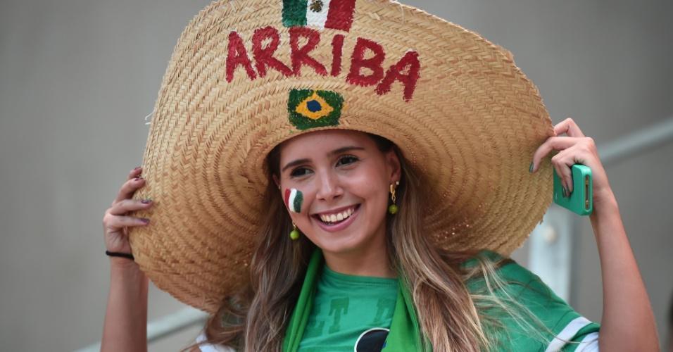 Bela torcedora do México sorri para foto antes de partida contra a Holanda no Castelão