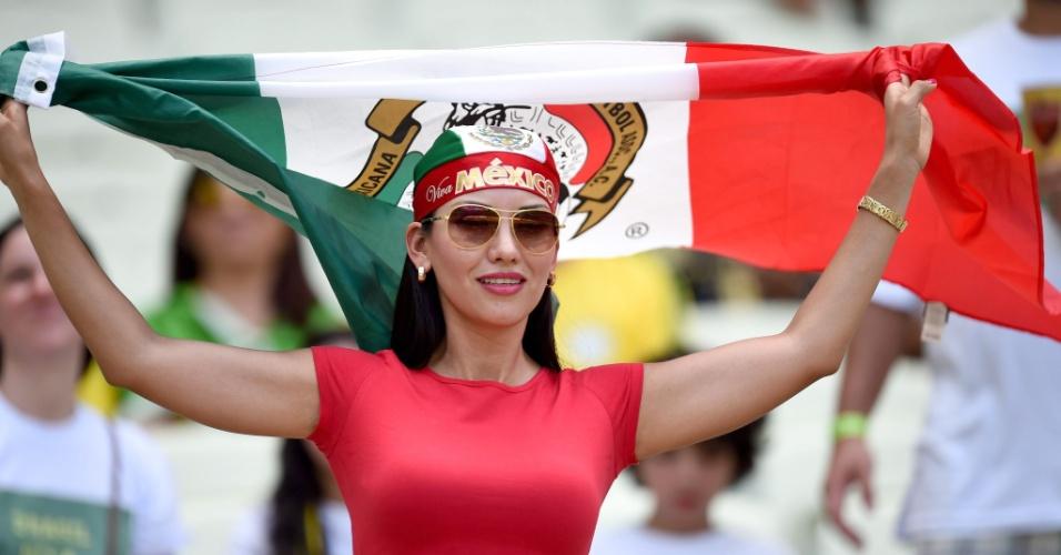 Bela torcedora mexicana agita bandeira antes de partida contra a Holanda