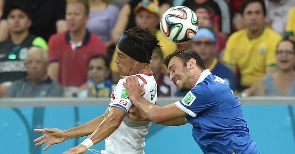 Bolanos e Torosidis disputam bola pelo alto durante Costa Rica e Grécia