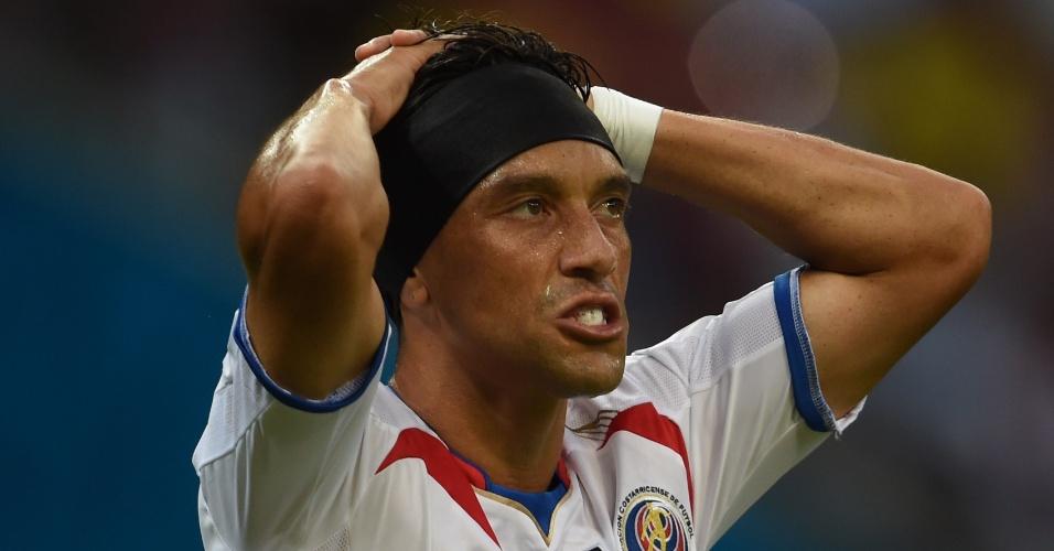 Bolaños lamenta após perder chance de gol para a Costa Rica em partida contra a Grécia