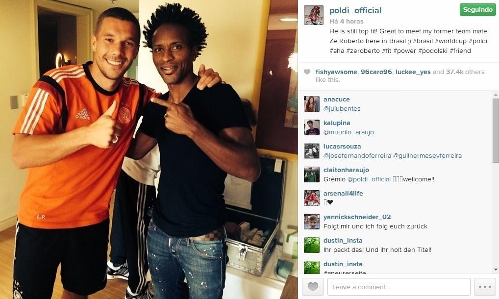 Brasileiro Zé Roberto visita concentração alemã e posa com Podolski.
