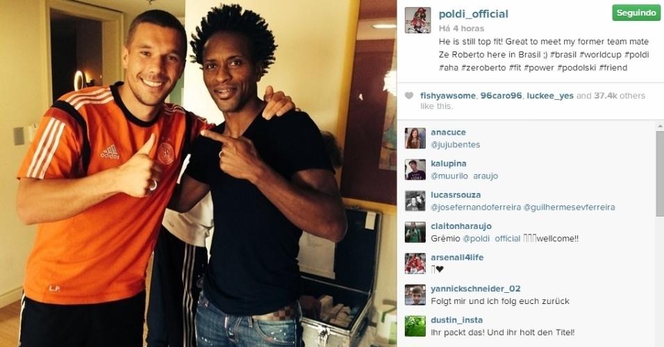 """Brasileiro Zé Roberto visita concentração alemã e posa com Podolski. """"Ele ainda está em forma. Grande encontro com meu ex-companheiro de time Zé Roberto"""", escreveu o jogador, que atuou com Zé Roberto no Bayern de Munique"""