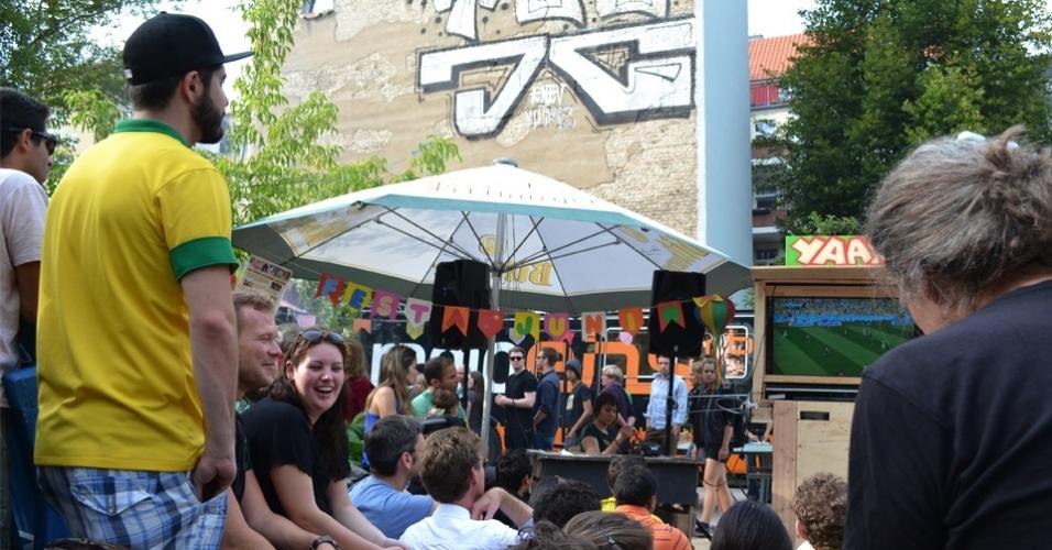 Brasileiros acompanham partida contra o Chile em Festa Junina na Alemanha. O evento teve quadrilha, churrasco e comidas típicas brasileiras