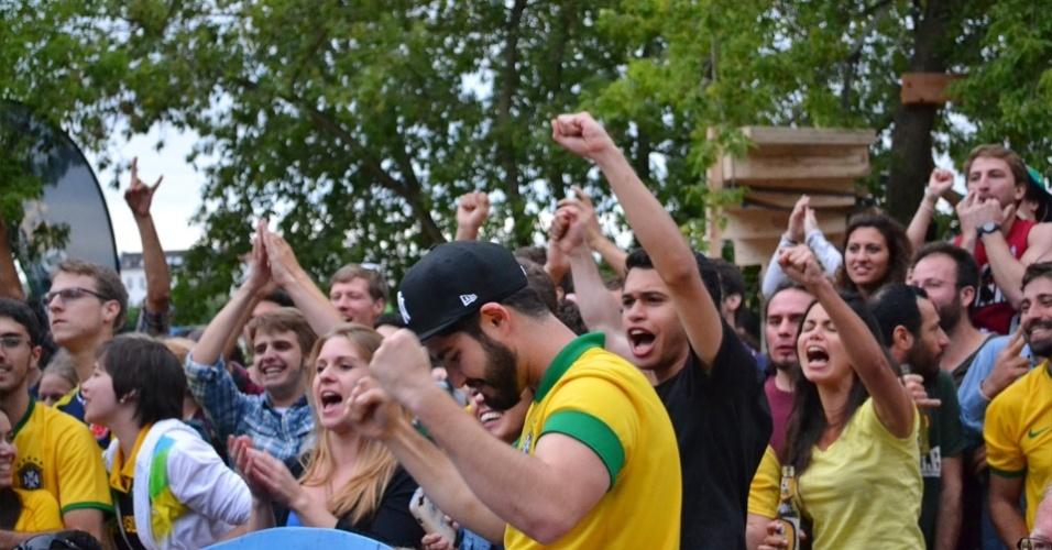 Brasileiros assistem jogo do Brasil em festa junina na Alemanha (28/6/14). O evento também contou com apresentações de artistas brasileiros, como a rapper Karol Conka