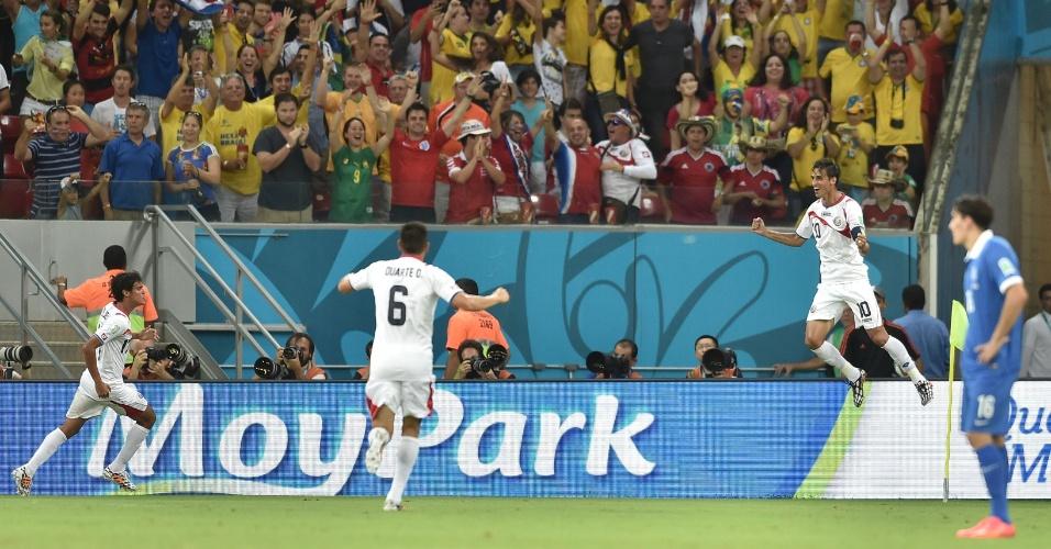 Bryan Ruiz pula ao comemorar gol da Costa Rica contra a Grécia, na Arena Pernambuco