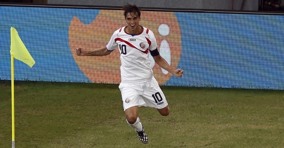 Capitão da Costa Rica, Bryan Ruiz vibra após abrir o placar contra a Grécia
