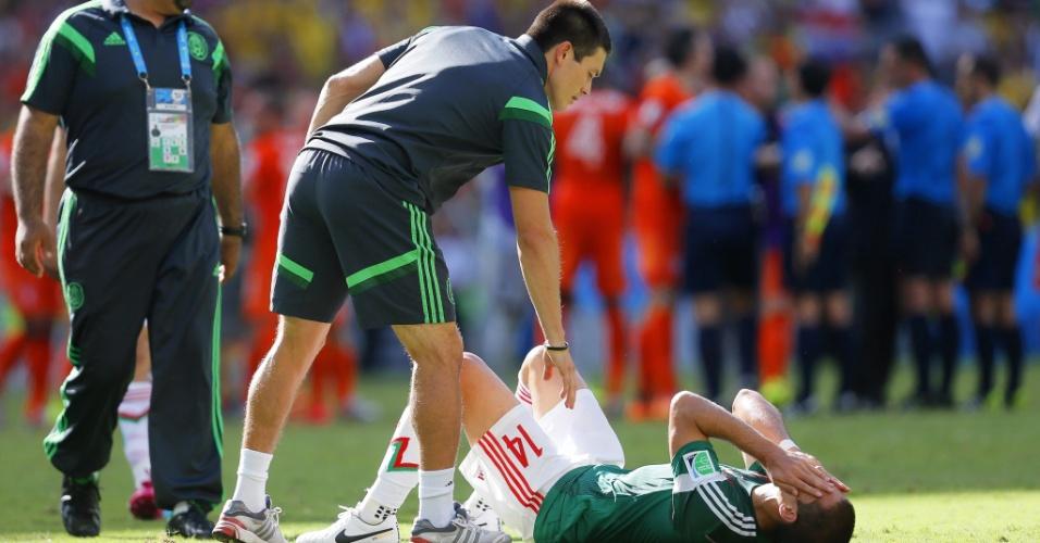 Chicharito Herandez é consolado por membro da comissão técnica do México após derrota para a Holanda
