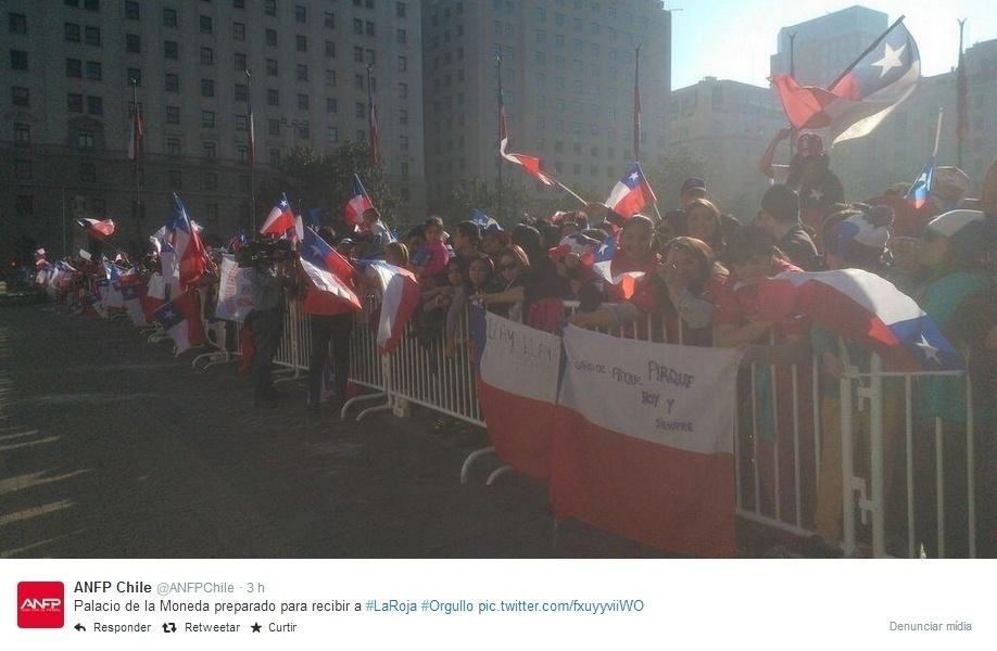 Chilenos se reúnem na Praça de La Moneda para recpcionar a seleção do país