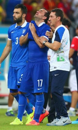 Chorando muito, Gekas é consolado por companheiros após perder pênalti na derrota da Grécia para a Costa Rica
