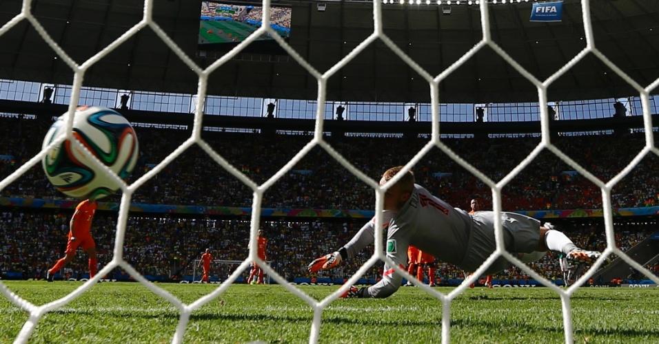 Cillessen se esticou todo, mas não conseguiu impedir que Giovani Dos Santos marcasse para o México contra a Holanda
