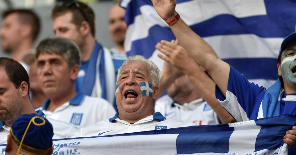 Com o rosto pintado, Torcedor da Grécia espera o início da partida contra a Costa Rica na Arena Pernambuco