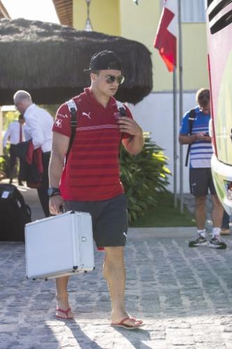 De bermuda e chinelo, Shaqiri, da Suíça, deixa hotel na Bahia para seguir para São Paulo, onde a equipe enfrenta a Argentina, nesta terça