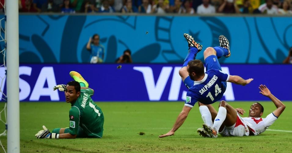 Salpingidis cai sobre o zagueiro Diaz após perder boa chance de marcar para a Grécia contra a Costa Rica
