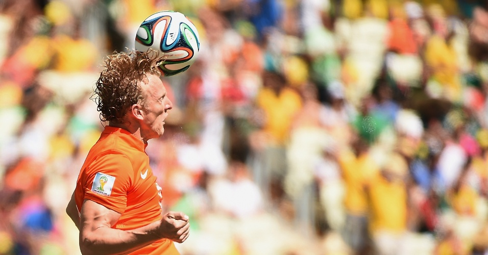 Dirk Kuyt cabeceia bola durante partida entre Holanda e México