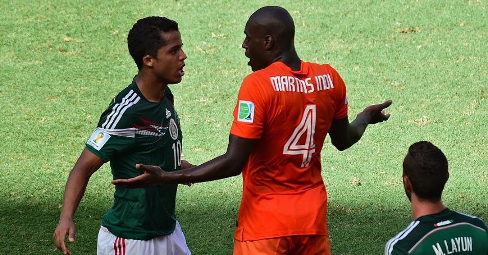 Dos Santos e Martins Indi se estranharam após lance duro durante Holanda e México, na Arena Castelão