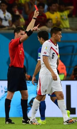 Duarte é expulso pelo árbitro após fazer falta e receber o segundo cartão amarelo durante partida entre Costa Rica e Grécia, na Arena Pernambuco