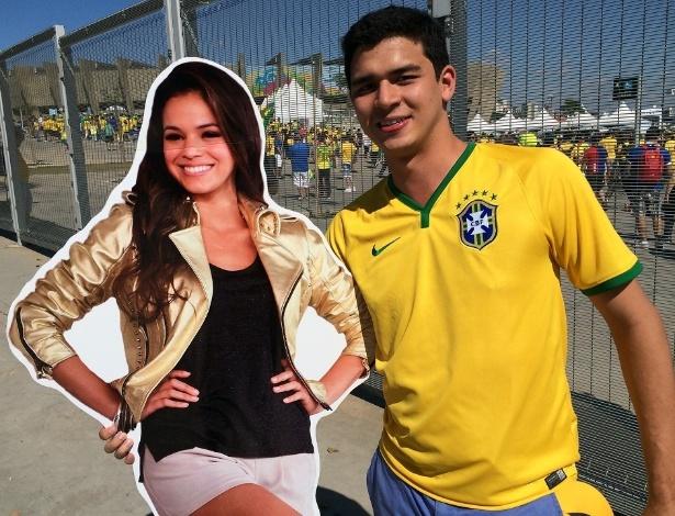 Empresário Roberto Kataoka segura imagem de Bruna Marquezine e faz sucesso antes de jogo no Mineirão