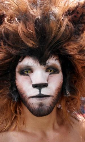 Este torcedor da Costa Rica caprichou na fantasia de leão para assistir ao jogo contra a Grécia na capital San Jose, com direito a uma maquiagem impecável e lentes de contato especiais. Resta sabe de onde veio a inspiração, já que a equipe nacional tem o apelido de Los Ticos