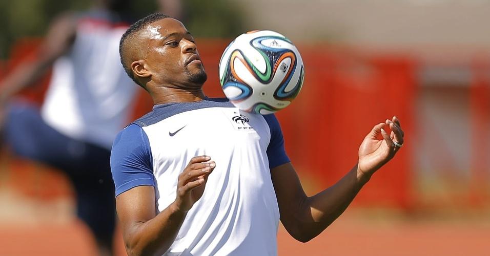 Evra mata bola no peito durante treinamento da França, em Brasília