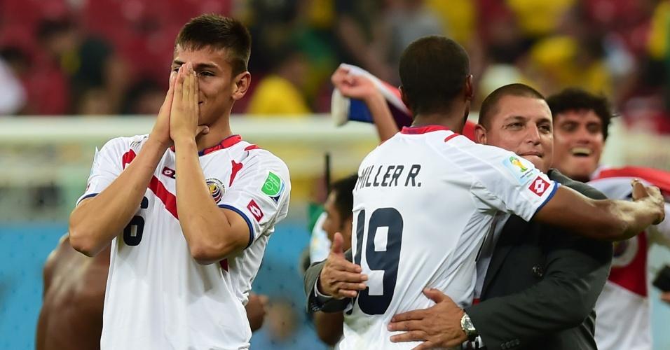 Expulso no segundo tempo, Duarte leva as mãos ao rosto após a Costa Rica bater a Grécia nos pênaltis e garantir sua vaga nas quartas da Copa