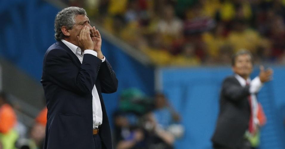 Fernando Santos, técnico da Grécia, orienta sua equipe durante partida contra a Grécia