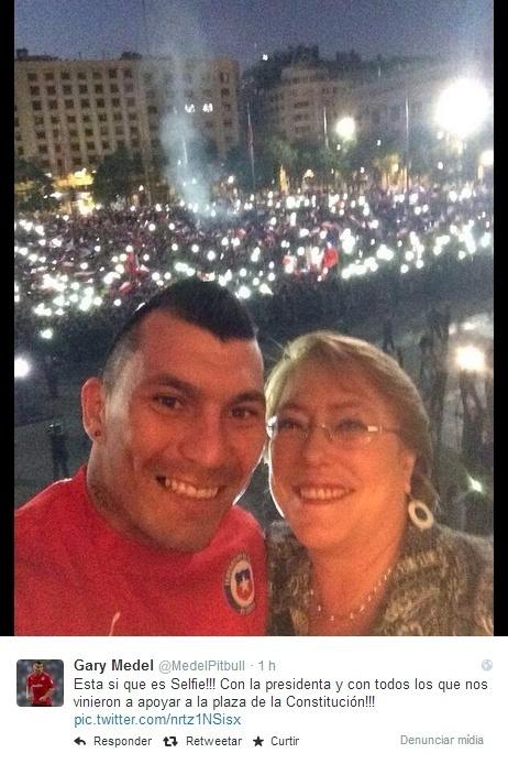 Gary Medel tira selfie com a presidente Michelle Bachelet mostrando a torcida na Praça de La Moneda