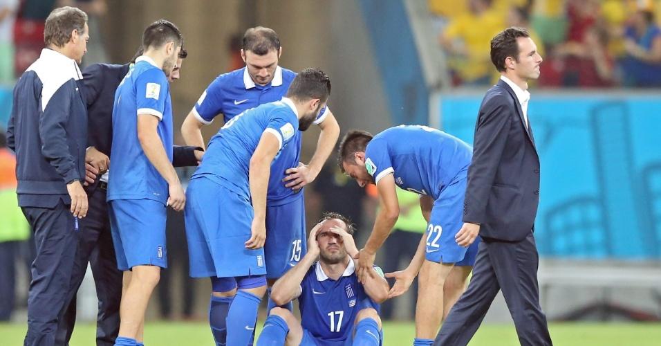 Gekas é consolado por companheiros após a eliminação da Grécia para a Costa Rica nos pênaltis; jogador foi o único a errar sua cobrança