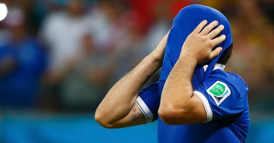 Gekas se desespera após errar cobrança de pênalti em disputa contra a Costa Rica