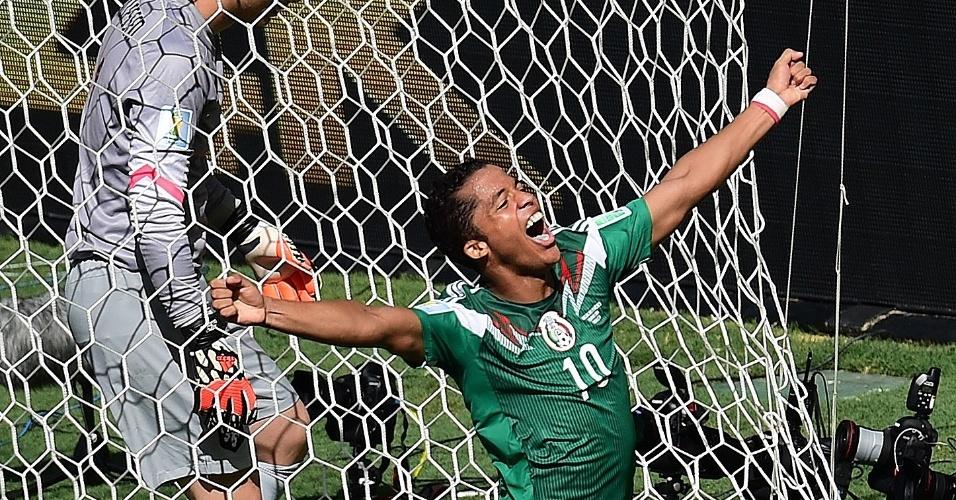 Giovanni Dos Santos vibra após marcar para o México contra a Holanda