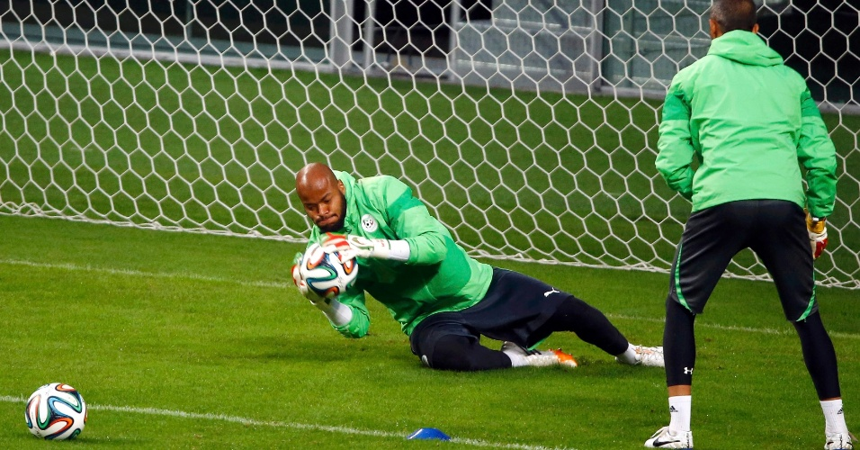 Goleiro da Argélia Rais Mbolhi faz defesa em treinamento da seleção, em Porto Alegre. A Argélia joga contra a Alemanha nesta segunda-feira