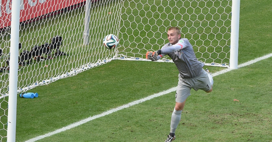 Goleiro da Holanda, Cillessen faz a defesa após chute de Peralta em partida contra o México